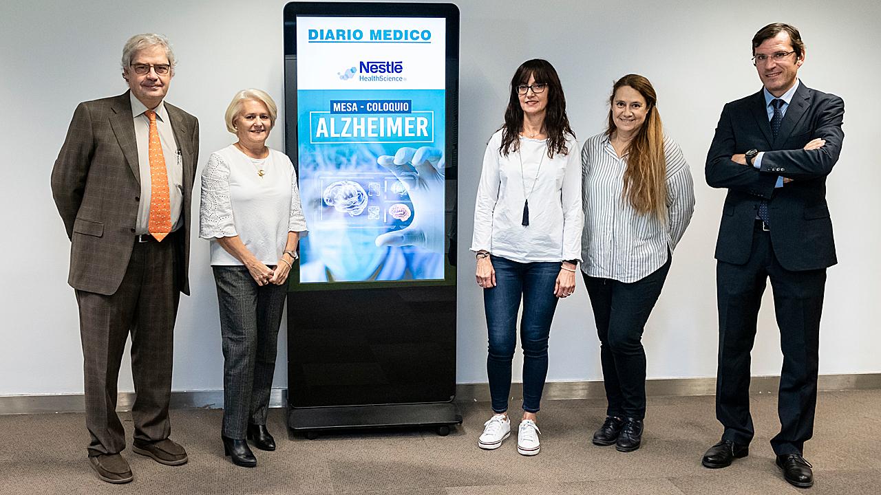 Raimundo Gutiérrez Fonseca, Julia Álvarez, Pilar Aznar, Belén León y Jesús Echarri participaron en un coloquio en la sede de Diario Médico, en Madrid, en el que se abordaron las diferentes estrategias de prevención y manejo de la disfagia en el paciente con Alzheimer.
