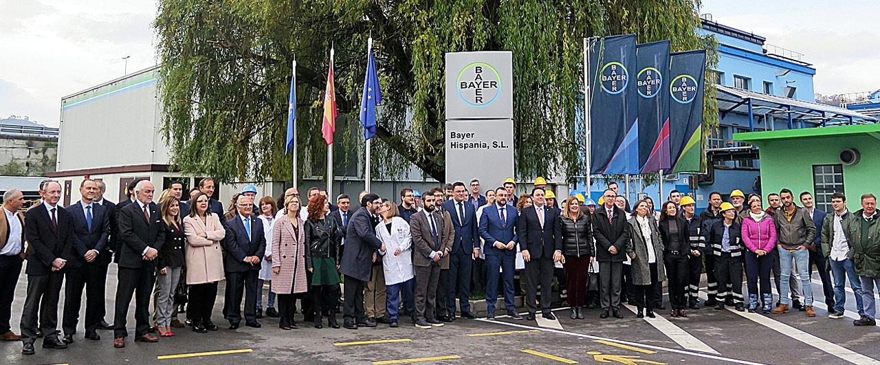 Bernardo Kanahuati, consejero delegado de Bayer España (delante, en el centro), con el presidente del Principado, Adrián Barbón, y el director de la planta, Jorge Álvarez (ambos a la izquierda), posan con los empleados de la fábrica asturiana.