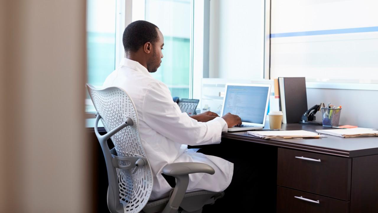 Un médico extracomunitario en su consulta.