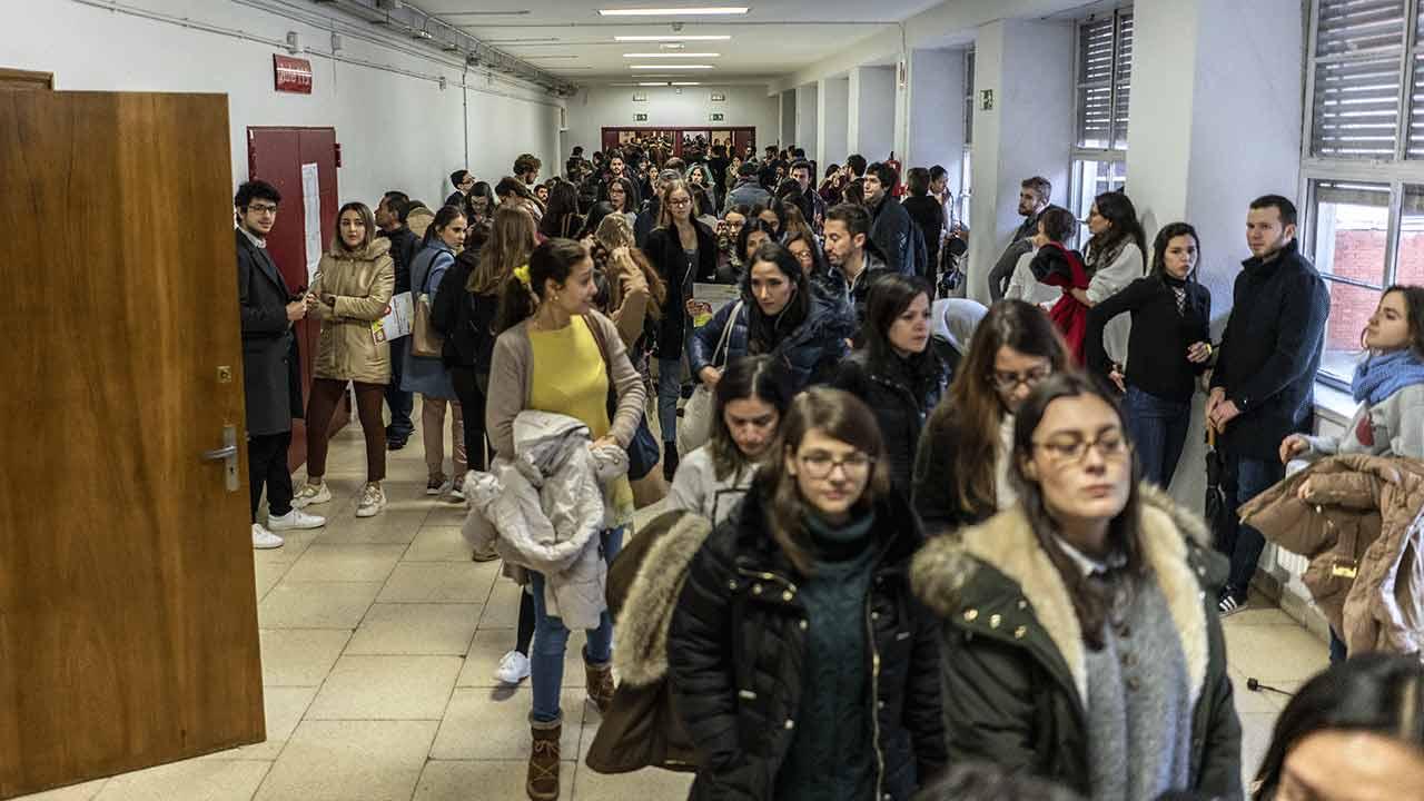 Estudiantes antes del examen MIR 2020