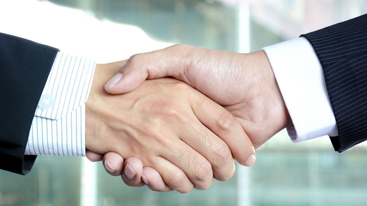 La Ley de Cooperativas de Galicia establece que las sociedades cooperativas de primer grado habrán de estar integradas por al menos dos personas socias