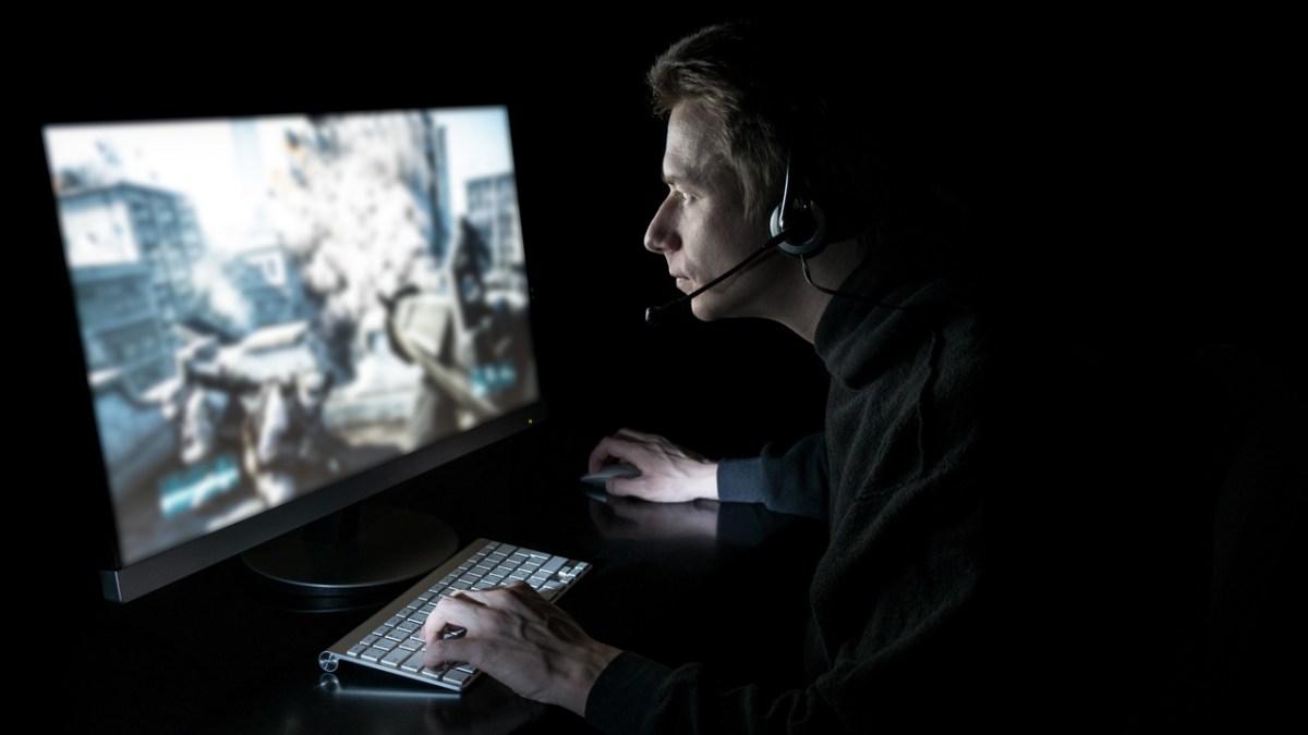 Joven jugando a un videojuego en el ordenador
