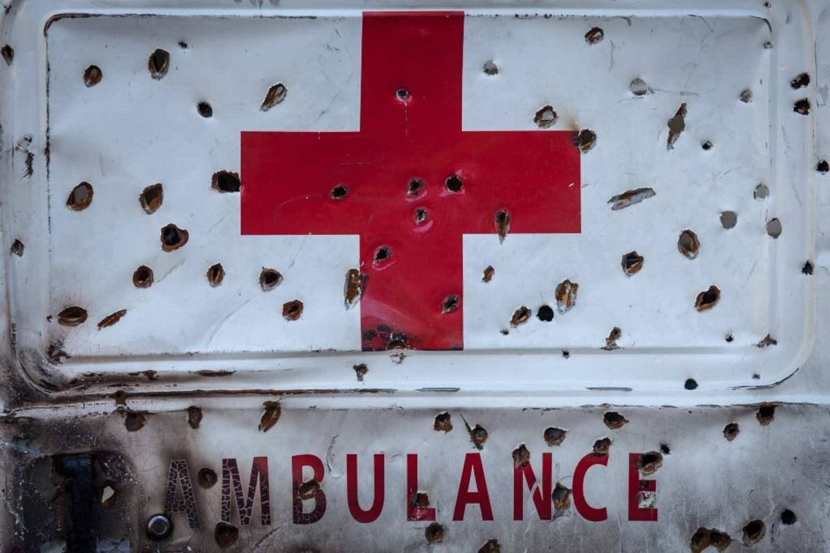 Junto a la falta de financiación y el déficit de protección laboral de los cooperantes, la gran lacra que arrastra la ayuda humanitaria es la seguridad. Cruz Roja ha puesto en marcha una campaña para concienciar sobre la necesidad de que cesen los ataques a hospitales e instalaciones sanitarias ya que en los dos últimos años se han registrado 1.200 ataques a instalaciones sanitarias. Las cifras hablan por sí solas: en 2017, según AWSD, 139 cooperantes fueron asesinados, 102 heridos y 72 secuestrados.