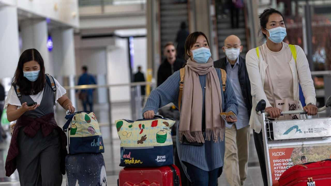 Viajeros con mascarilla para evitar contagios por coronavirus chino, en el aeropuerto Hong Kong. Foto: EFE/EPA/JEROME FAVRE