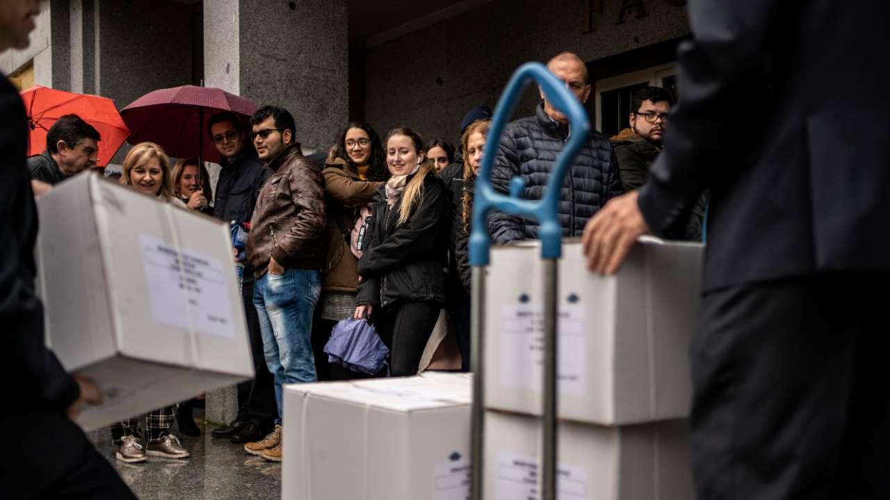 Encargados de seguridad descargan los paquetes con el examen MIR 2020