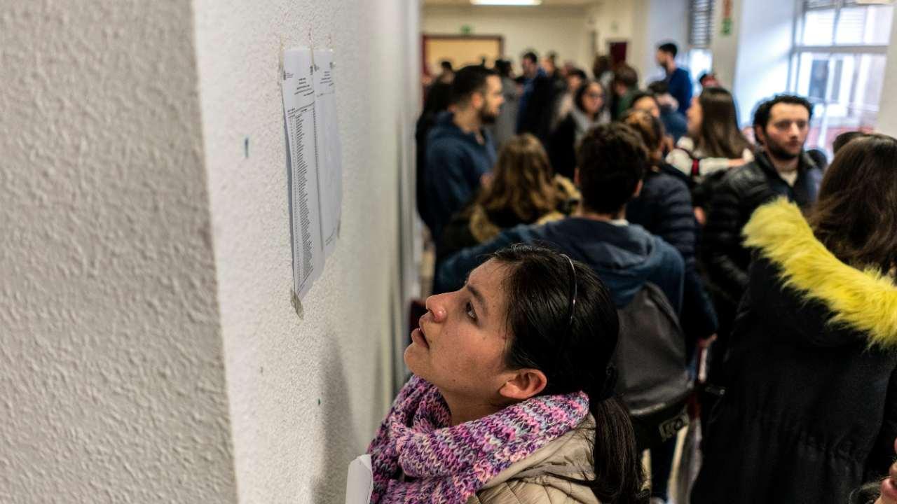 Una candidata consultado las listas de las aulas donde se celebrará el examen MIR 2020