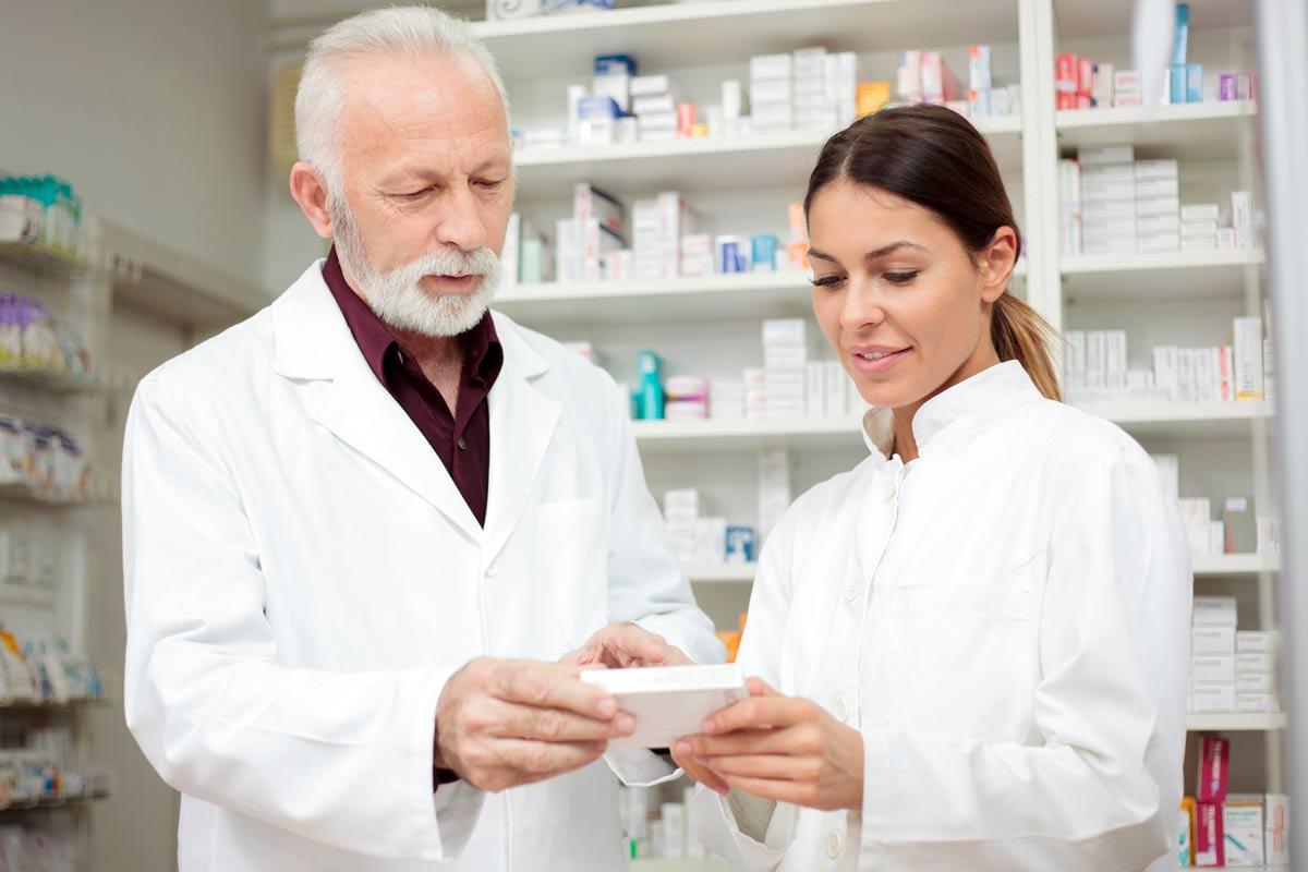 La cobertura de enfermedad debe alcanzar al propio trabajador, pudiendo también referirse a su cónyuge y descendientes.