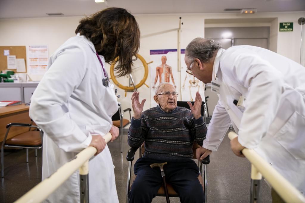 El equipo del Hospital de Getafe atiende a un paciente anciano frágil.