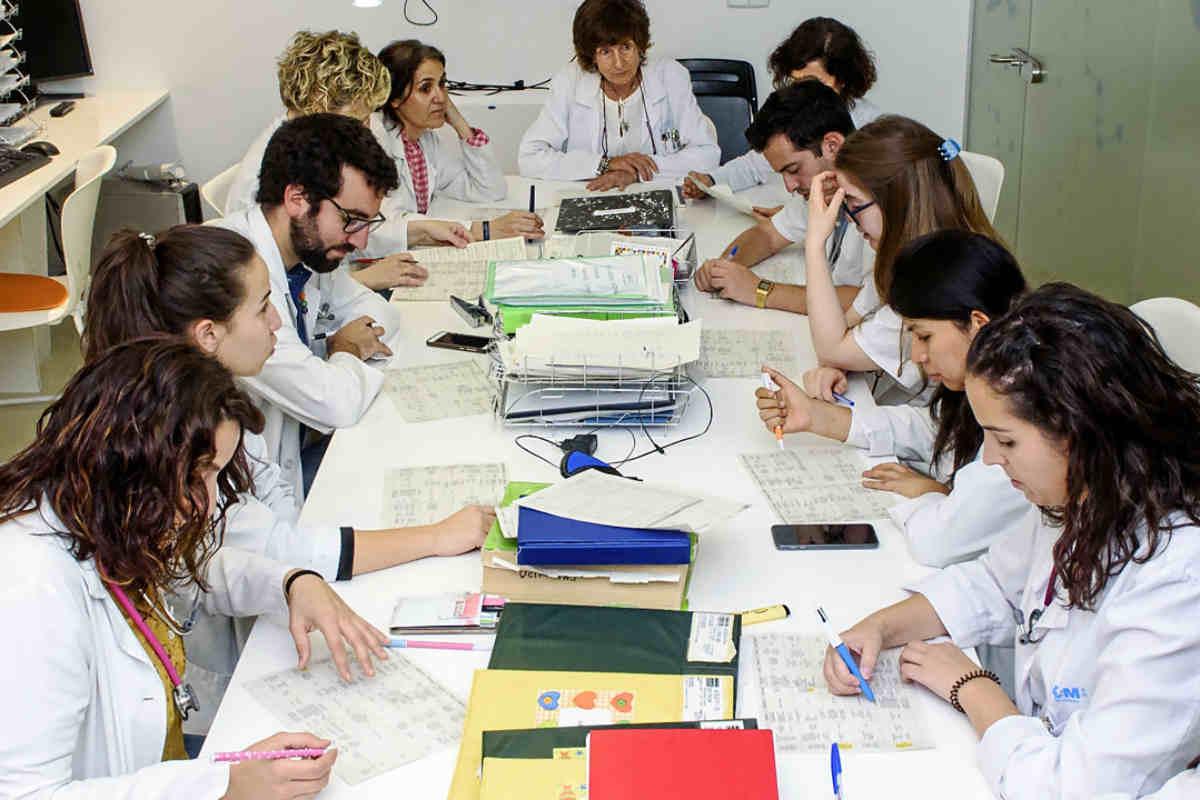Un grupo de MIR en una sesión de casos clínicos con su tutora.