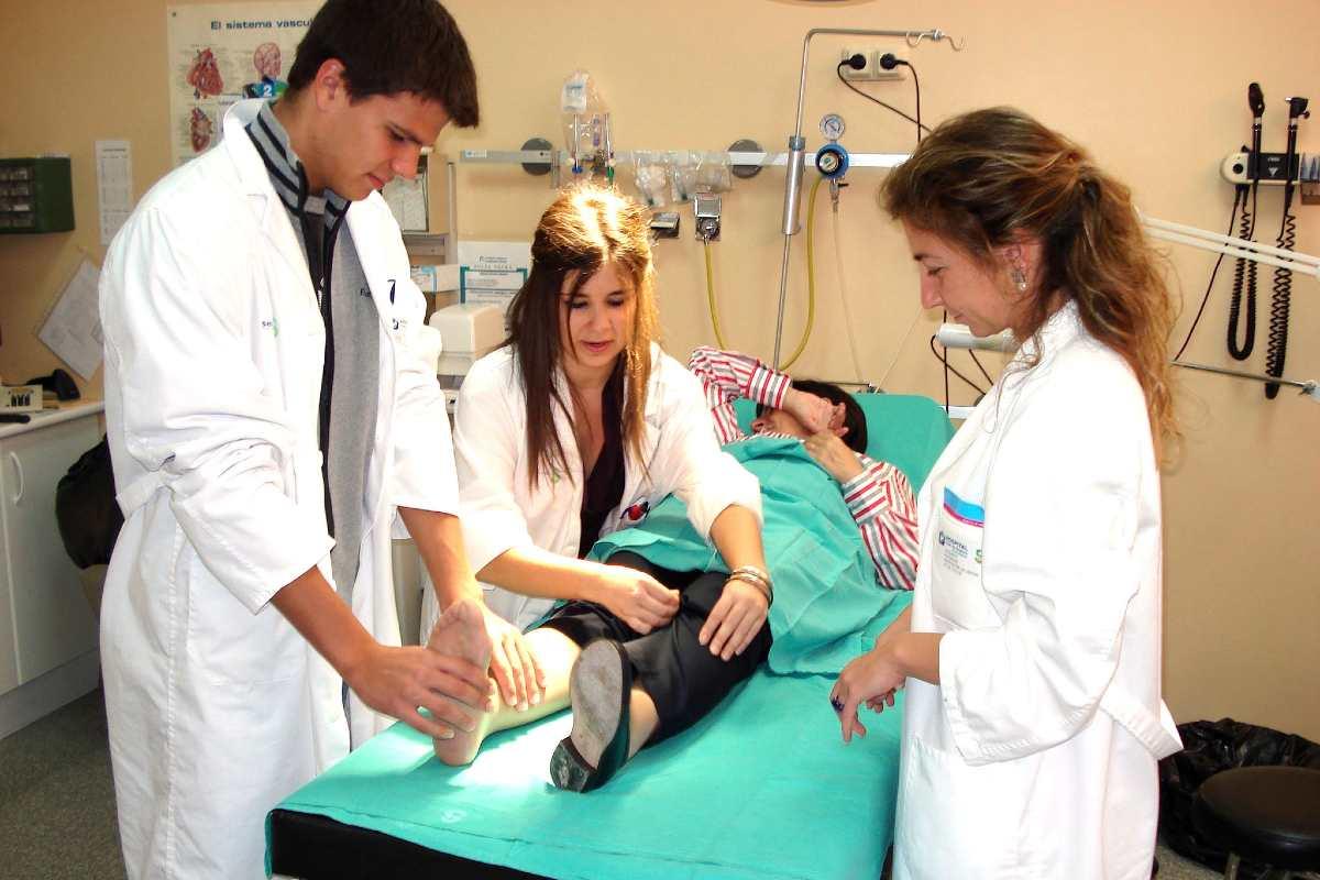 Dos estudiantes de Medicina durante sus prácticas clínicas