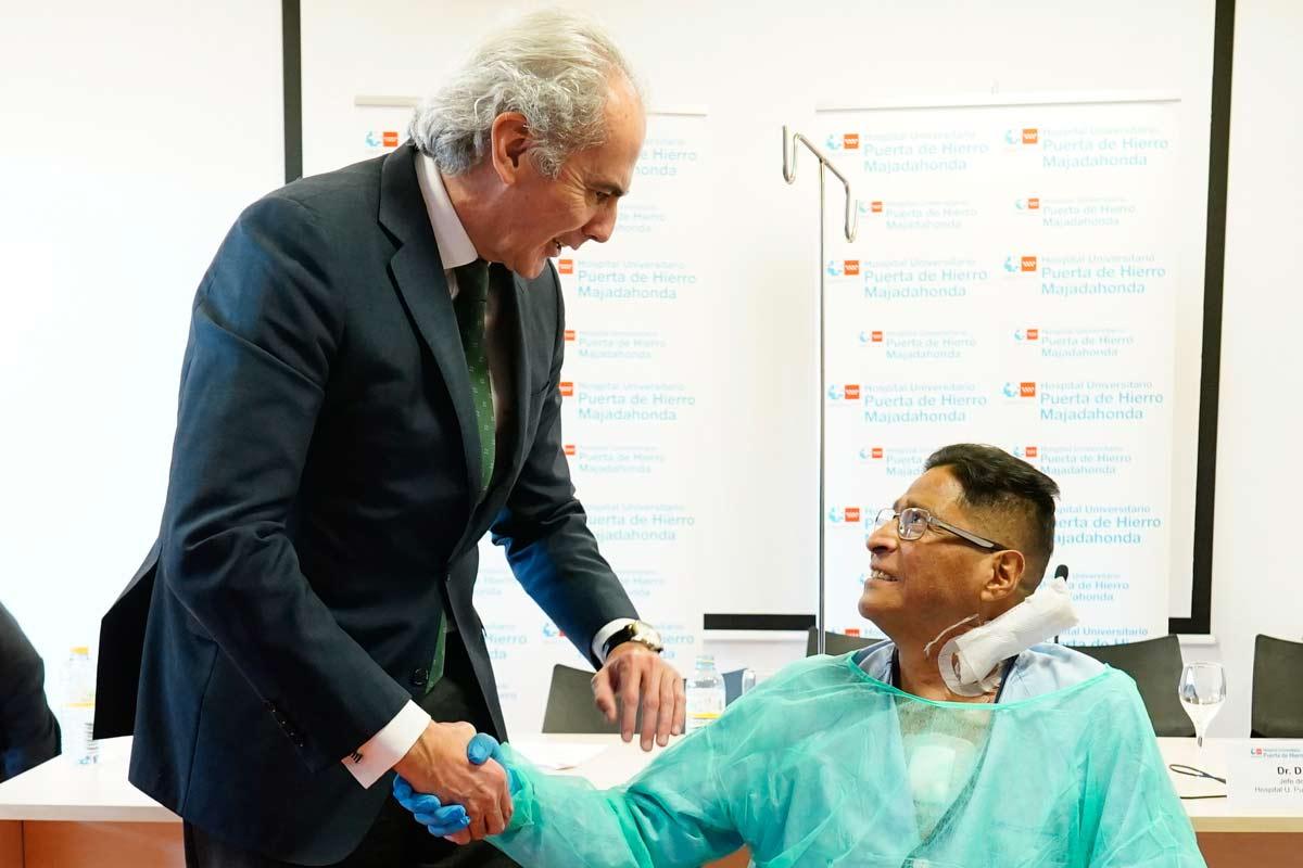 Enrique Ruiz Escudero, consejero de Sanidad de Madrid, saludando al paciente.