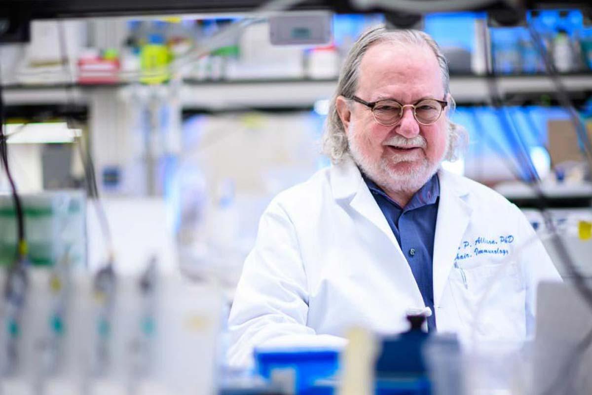 James P. Allison en su laboratorio.