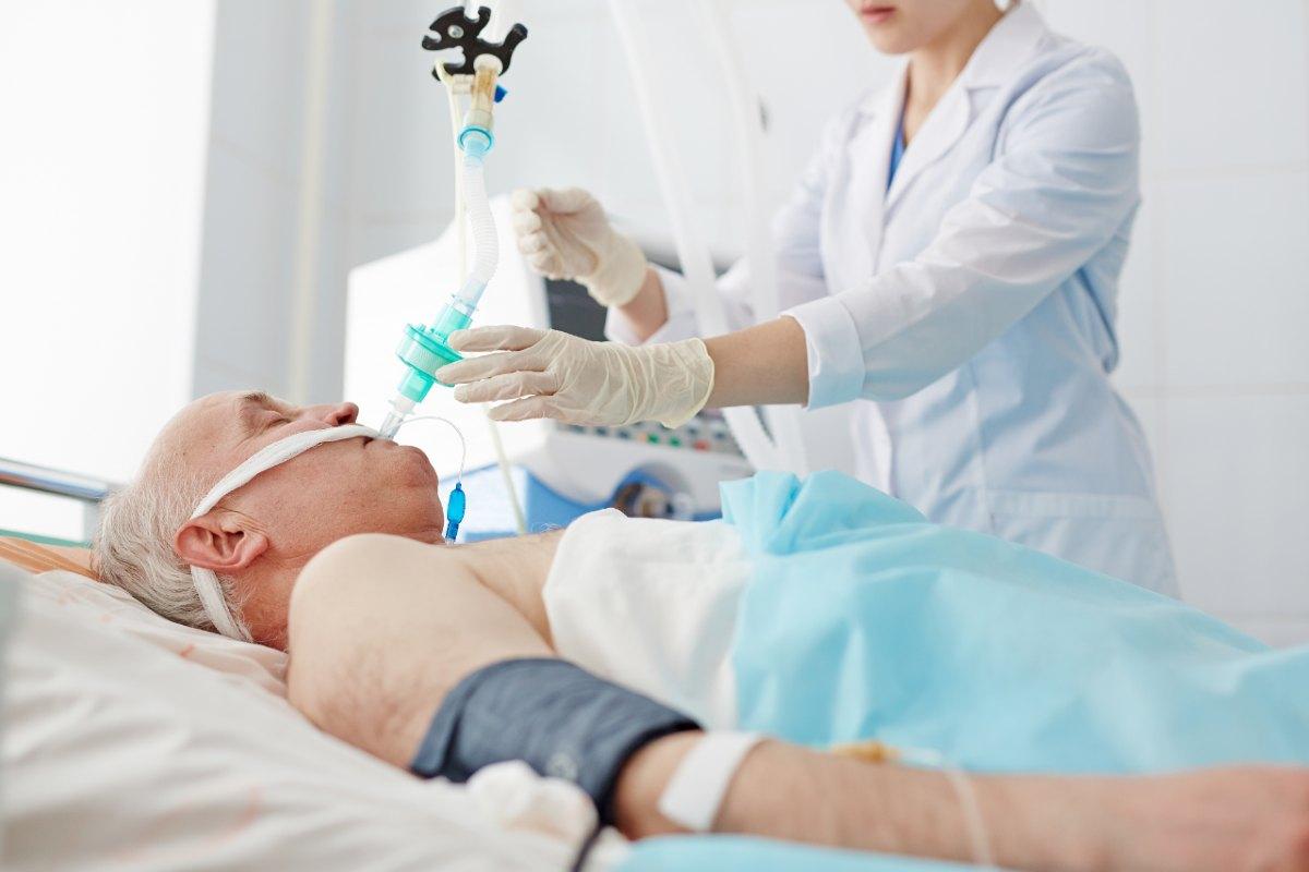 Paciente anciano intubado en una UCI.