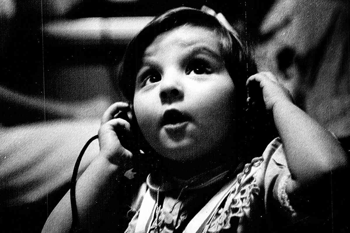 Un niño sordo escucha música  por primera vez en el Hospital for Sick Children, situado en Toronto, Canadá. La imagen fue tomada  en el año 1964.