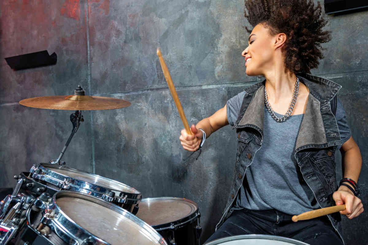 Mujer tocando la batería