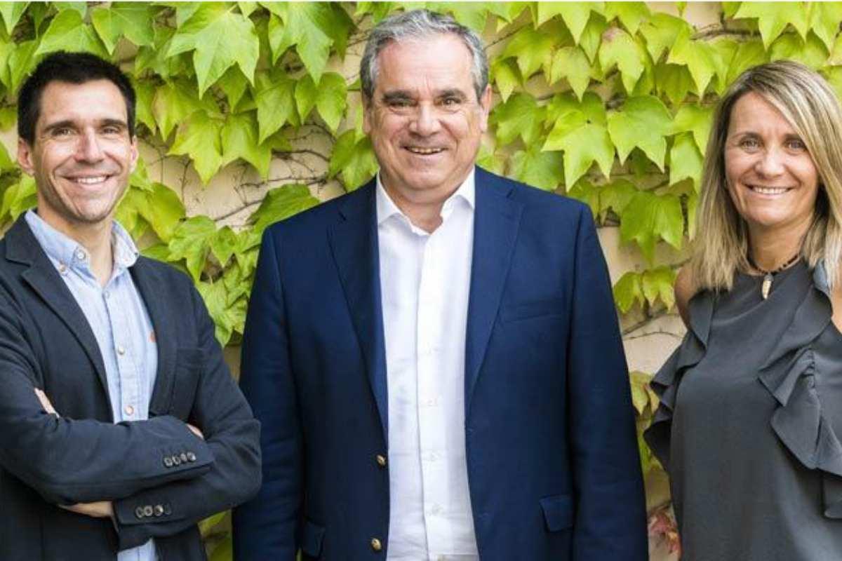Miguel G. Corral, director de DM y CF; Jesús Aguilar, presidente del Consejo General de COF, y Rosario Serrano, publisher del Área de Salud de Unidad Editorial, durante la firma del acuerdo.