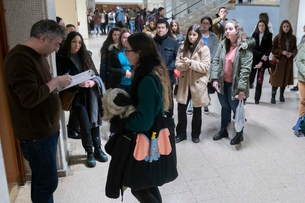 Aspirantes al EIR 2020 esperando para pasar al aula del examen (José Luis Pindado)