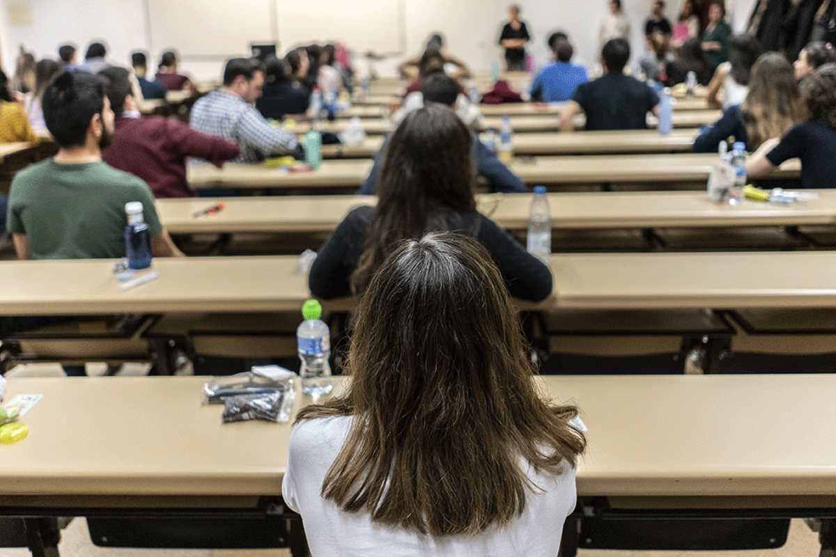 alumnos haciendo el examen