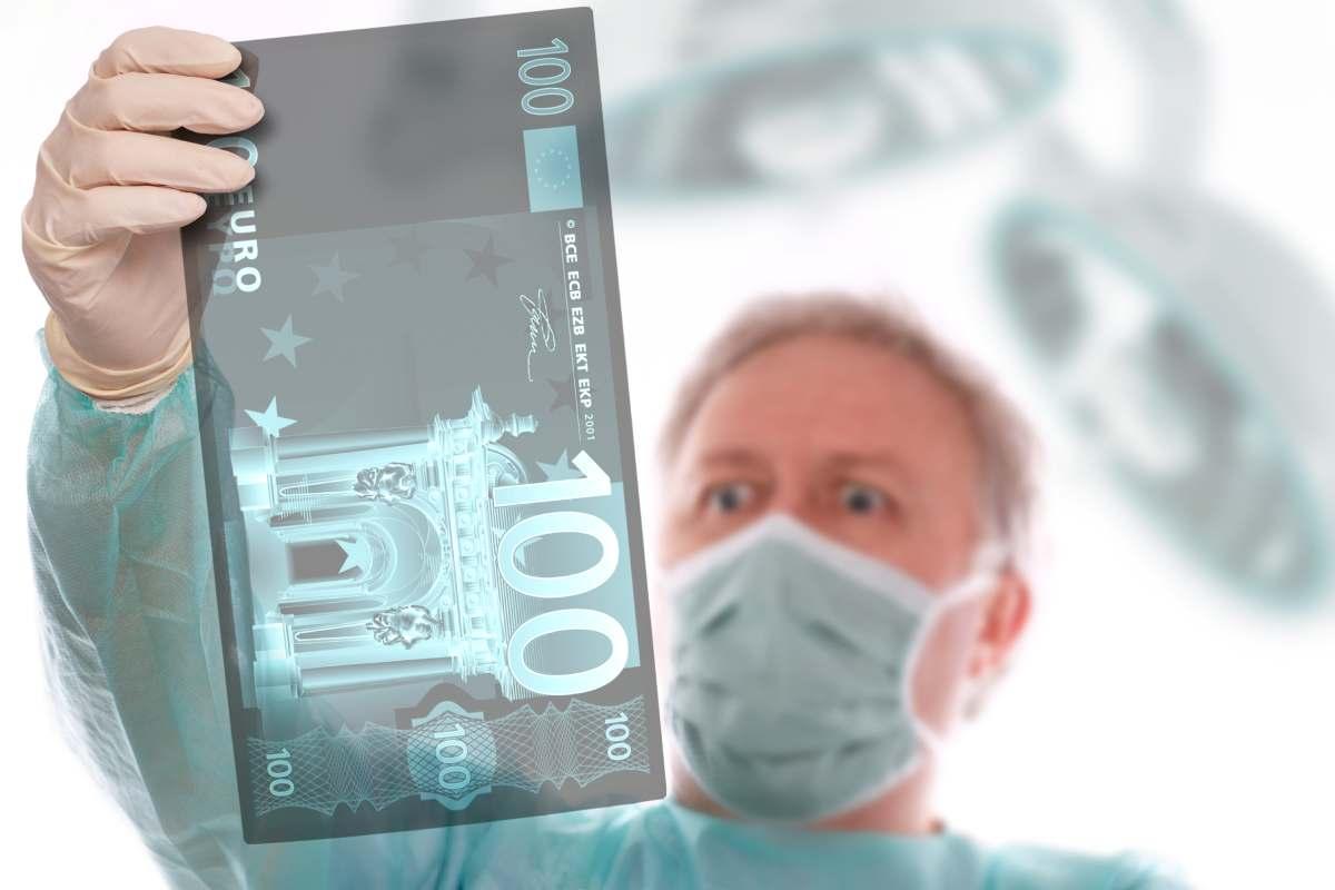 Médico con una radiografía de un billete