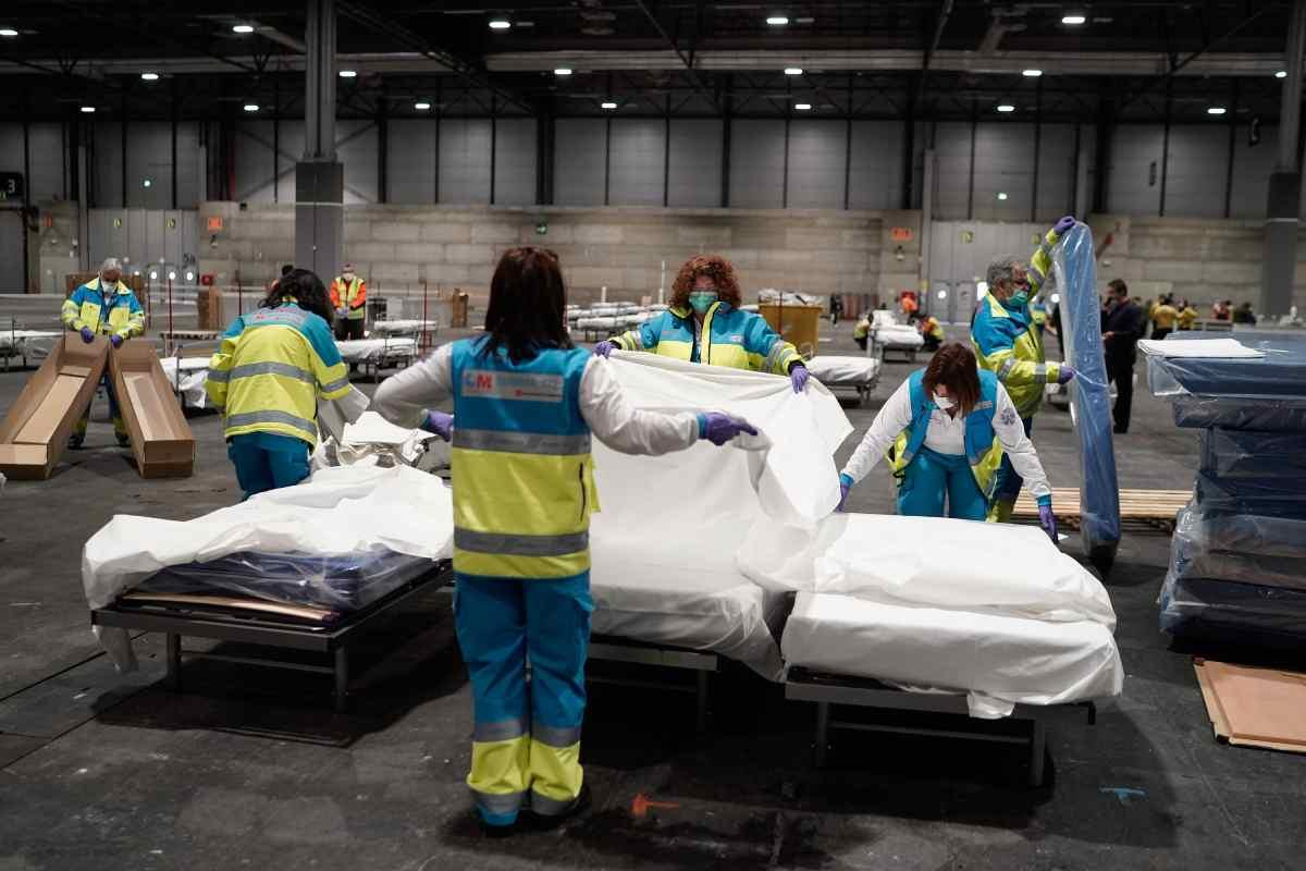 Montaje de las camas del Hospital de Campaña de Ifema