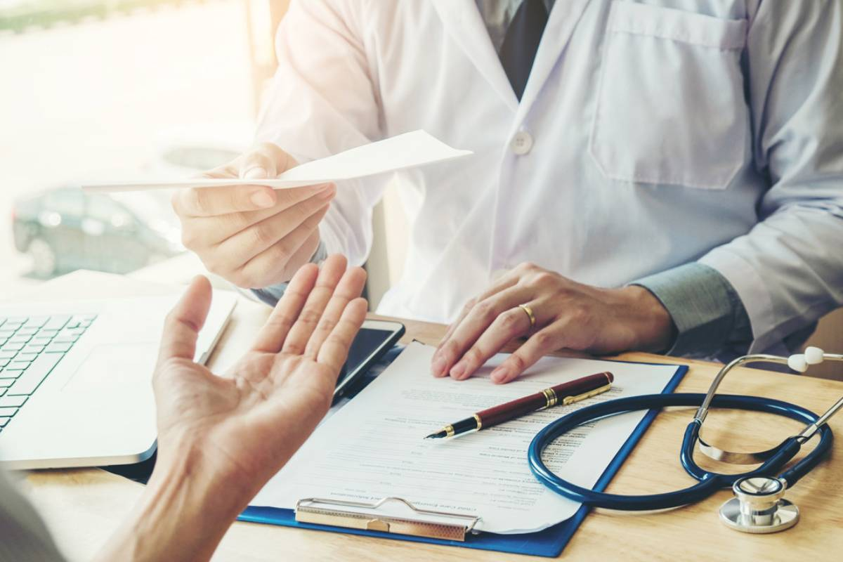 Un paciente recibe una receta de su médico