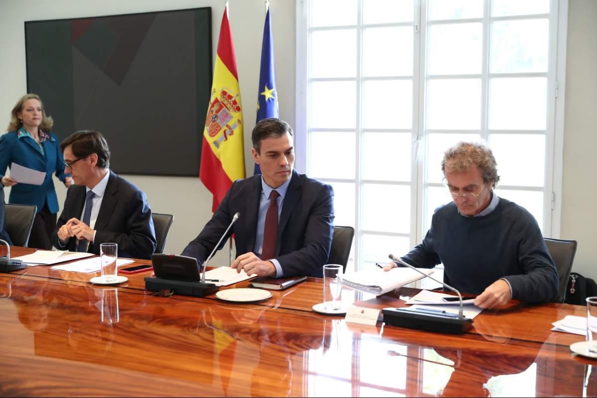 Pedro Sánchez, presidente del Gobierno, flanqueado por Salvador Illa, ministro de Sanidad, y Fernando Simón, director del Centro de Alertas y Emergencias Sanitarias