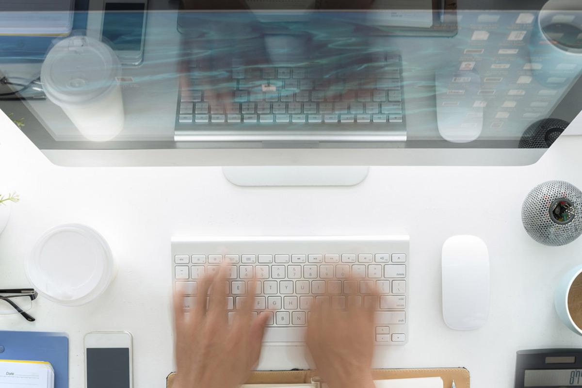 manos escribiendo en un ordenador