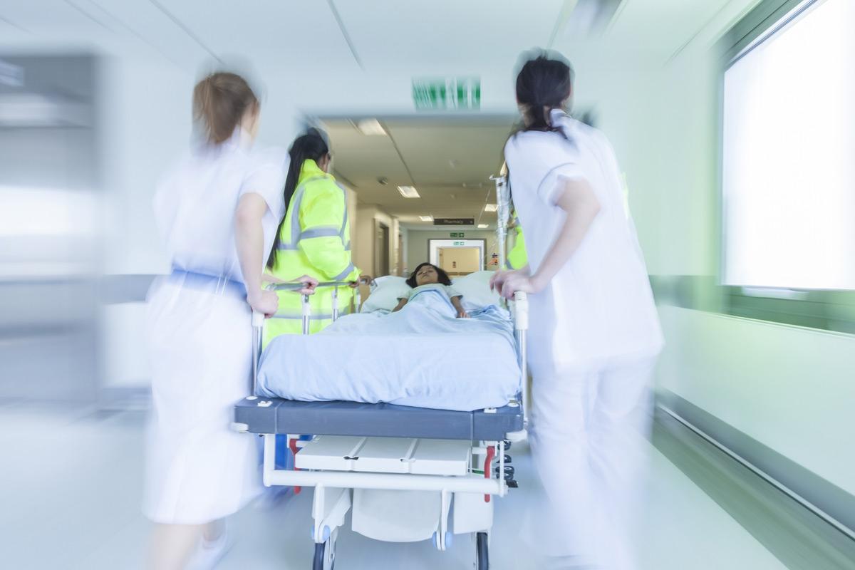 Profesionales en el hospital con una camilla.