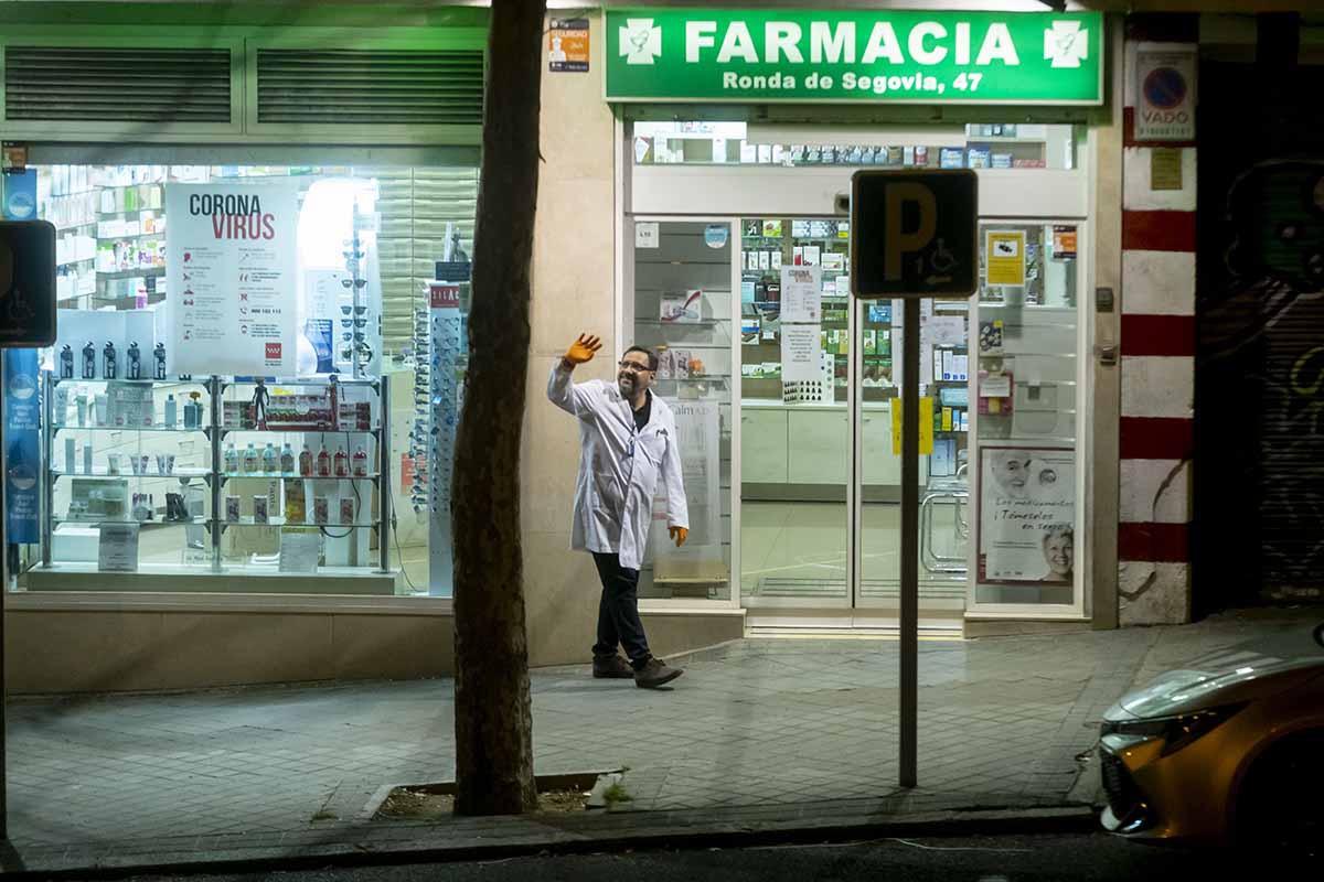 Un farmacéutico saludando a los vecinos durante la crisis de Covid-19./ JL. Pindado.