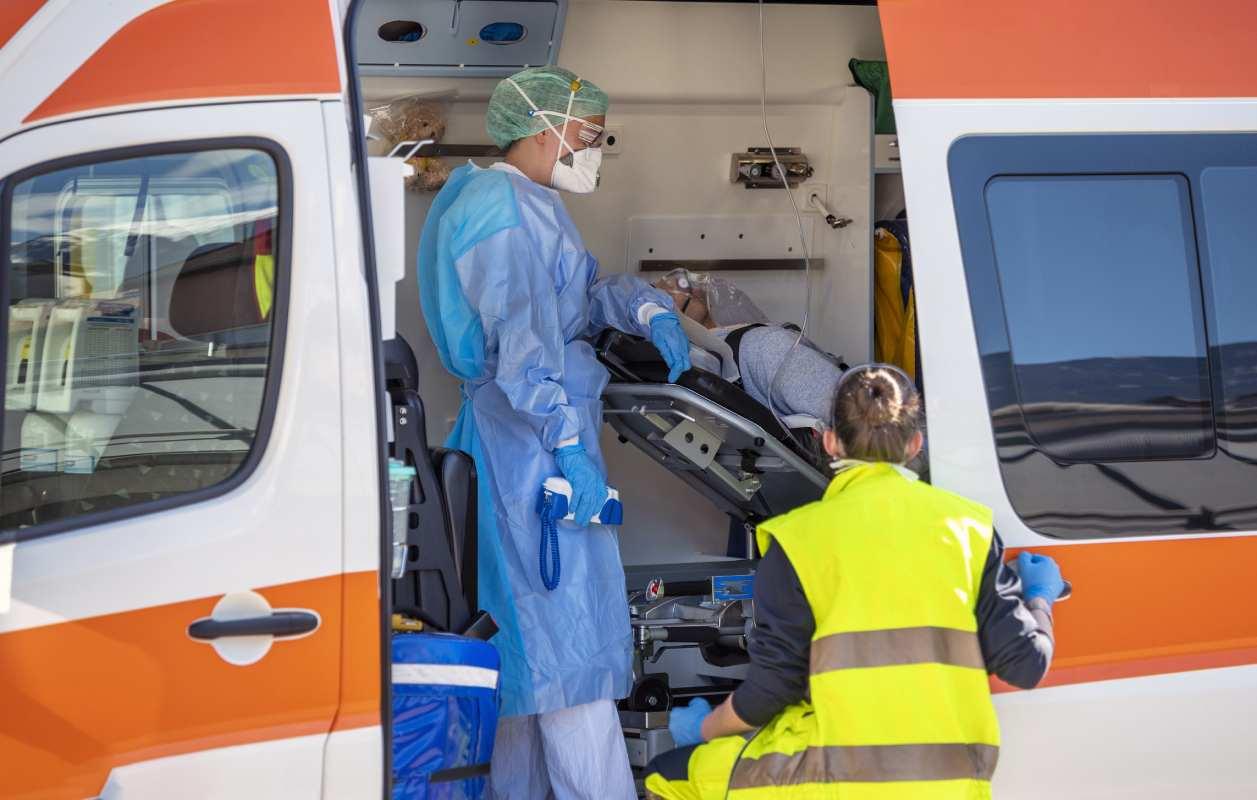 Personal sanitario atendiendo a un paciente en el interior de una ambulancia.