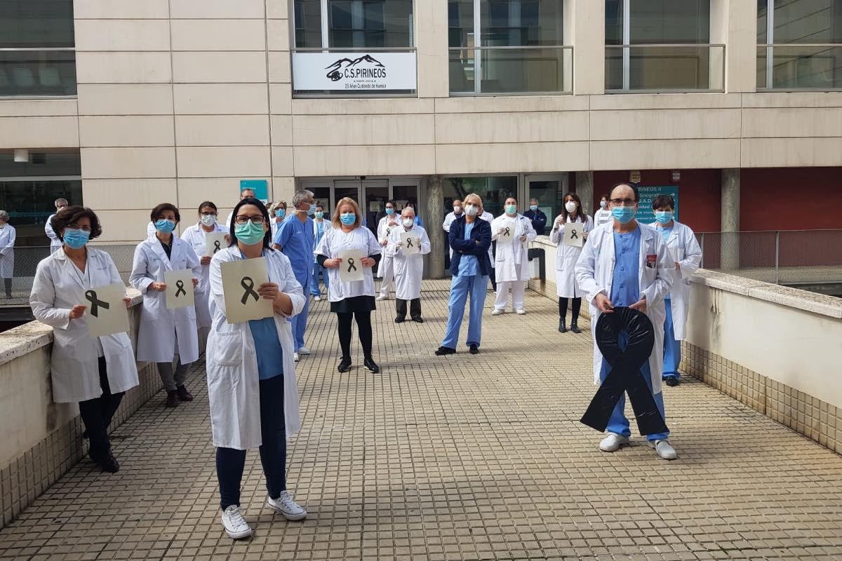 El Centro de Salud Pirineos (Huesca) se ha sumado al minuto de silencio que varios centros de Aragón han dedicado a José Luis San Martín Izcue, el primer médico fallecido en esa comunidad.