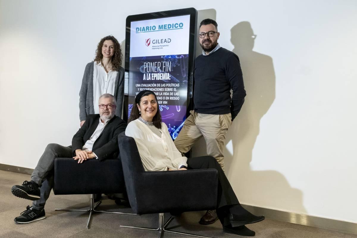 De pie, Mercedes Gimeno y Jesús García Carrillo; delante, sentados, Ramón Colom y María Jesús Pérez Elías, todos ellos participantes en el debate sobre VIH y las medidas y recomendaciones para mejorar la vida de las personas infectadas.
