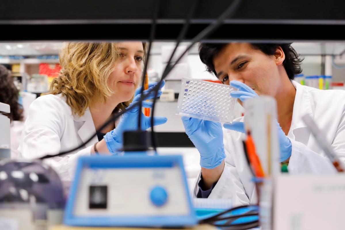 Dos investigadoras en un laboratorio.