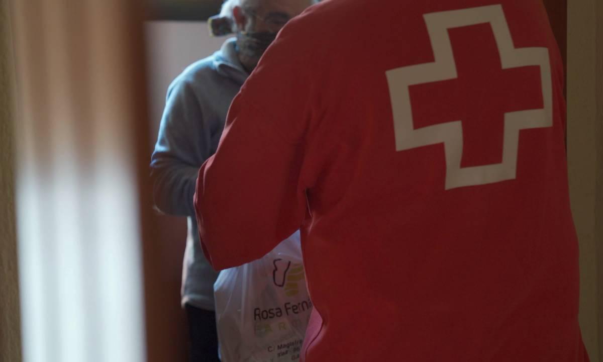 Voluntario de Cruz Roja llevando medicamentos a domicilio. / Cruz Roja.