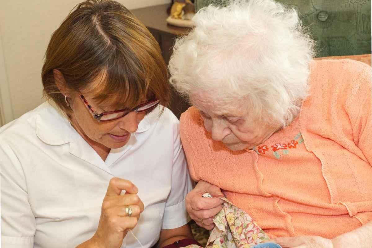 Anciana con su cuidadora
