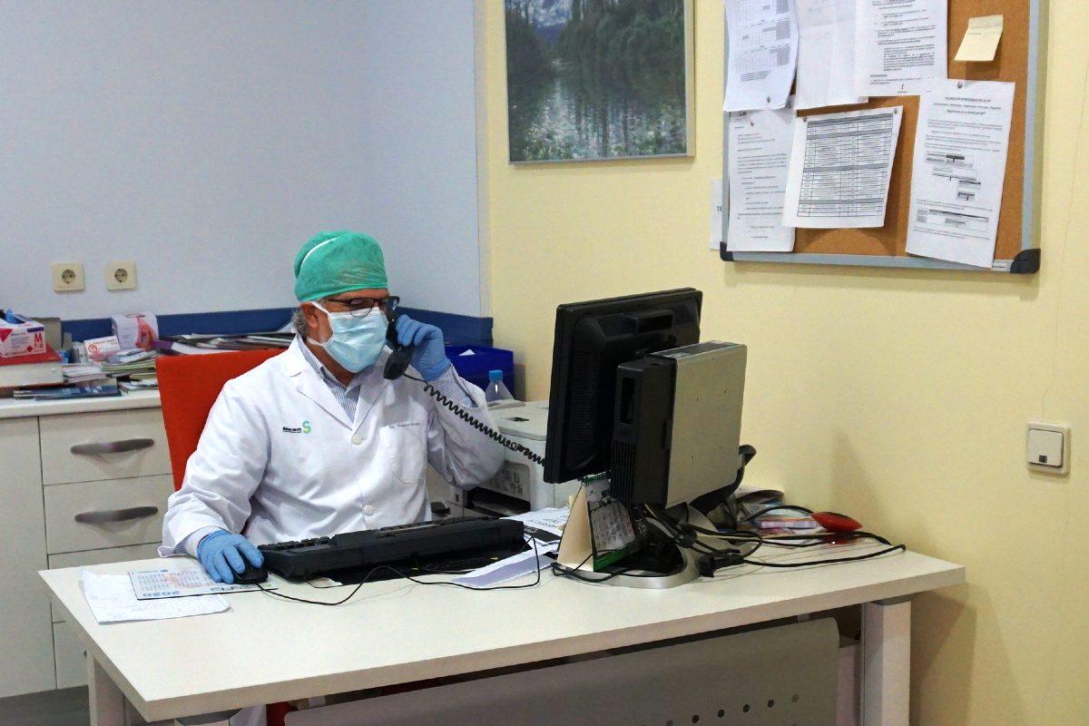 Profesional de un centro de salud de Castilla-La Mancha haciendo una consulta telefónica (Sescam)