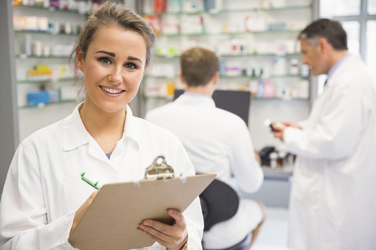 El convenio colectivo señala que la retribución mínima anual de un auxiliar de farmacia es de 959,01 euros por 14 pagas.