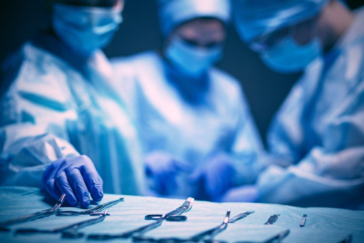 Un equipo de sanitarios durante una cirugía