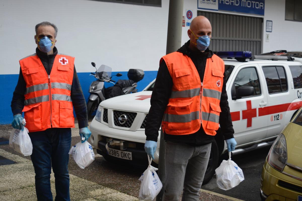 Voluntarios de Cruz Roja hacen entrega de medicamentos a domicilio.