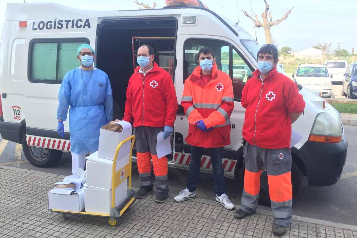Biel Mercadal, farmacéutico del Hospital Mateu Orfila, entregando medicación junto a Cruz Roja.