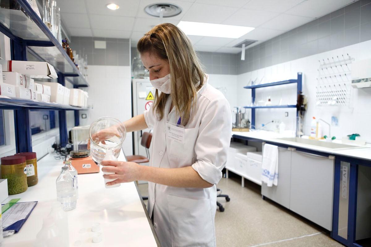 Una especialista analiza muestras en el laboratorio del Hospital Clínico San Carlos (Sergio Enríquez-Nistal)