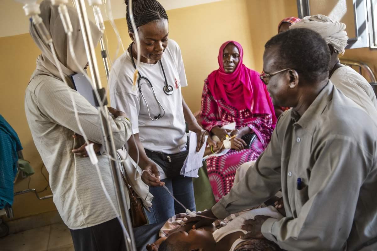 Una de las médicos de MSF atiende a un niño que está siendo tratado en uno de los centros.