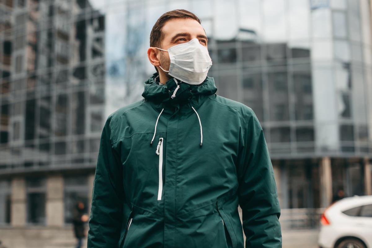 Un mal uso de la mascarilla puede ser más contraproducente que no llevarla, según el Consejo de COF.