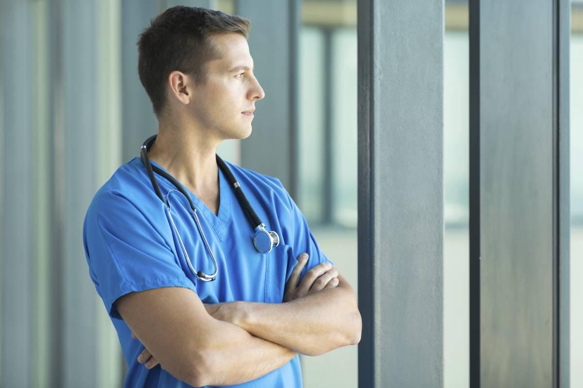 Médico mirando por la ventana