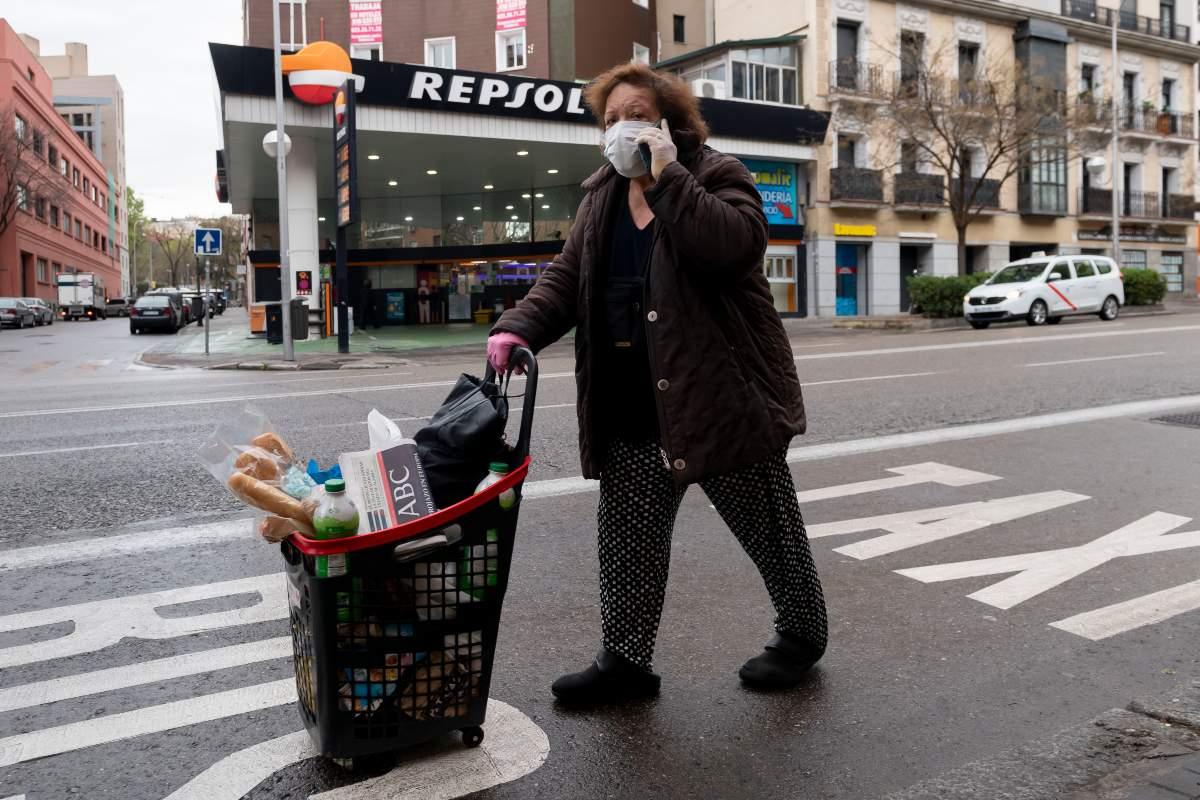 Mujer volviendo de hacer la compra durante la alerta por coronavirus (José Luis Pindado)