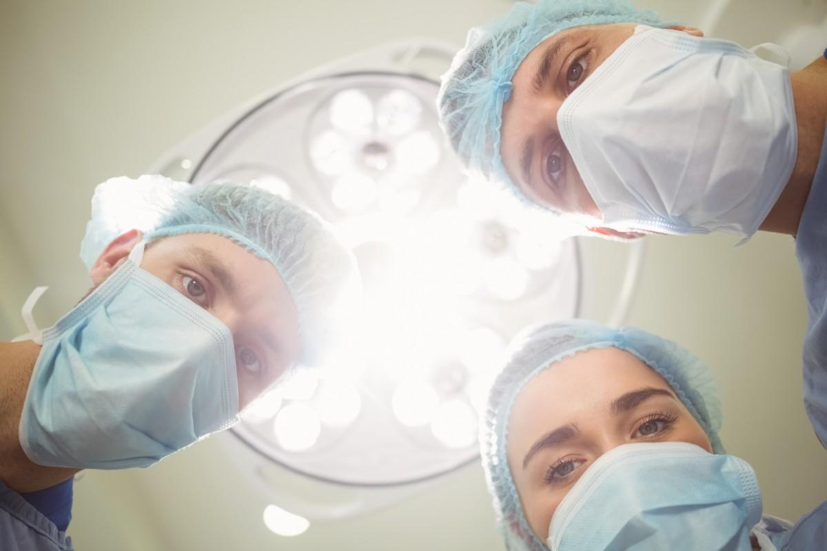 La AEC ha establecido cinco escenarios sobre el impacto de la pandemia en los quirófanos