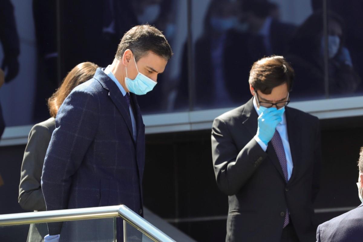 El presidente del gobierno, Pedro Sánchez, protegido con mascarilla y guantes, acompañado de los ministros de Industria, Reyes Maroto y Sanidad, Salvador Illa, durante su visita a una fábrica de respiradores (EFE/JuanJo Martín)