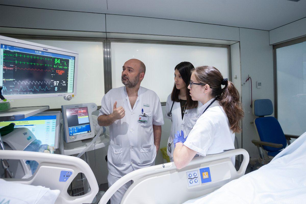 Un tutor de Medicina Interna con dos residentes. (Jaume Cosialls)