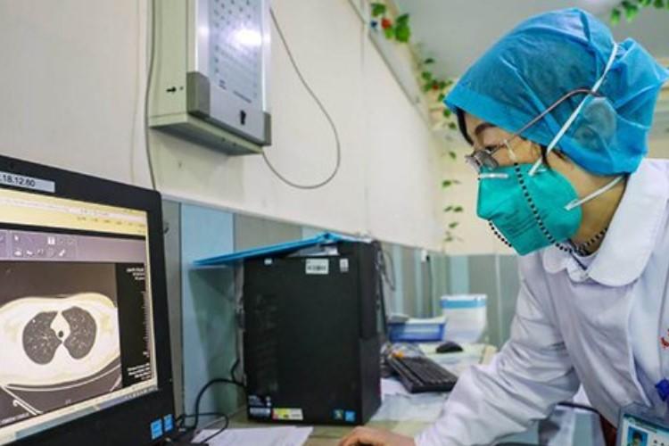 La doctora Zhang Jixian, ante un ordenador con una TC pulmonar