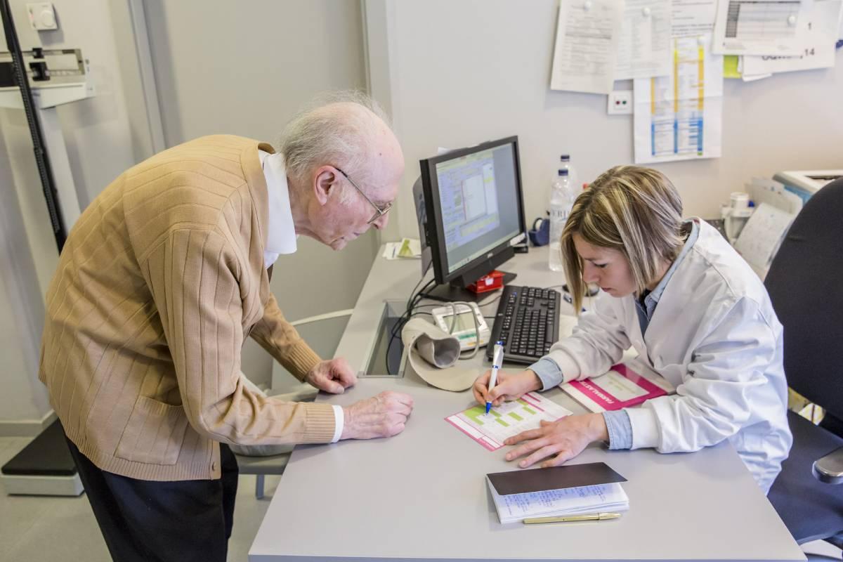 EL CGE, Satse y ANDE también reclaman a Sanidad que se concluyan los trabajos para que los protocolos sobre la prescripción enfermera estén lo antes posible. FOTO: Ariadna Creus y Ángel García (Banc Imatges Infermeres).